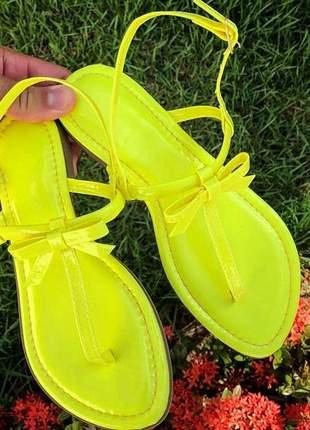 Rasteirinha amarelo neon distinta