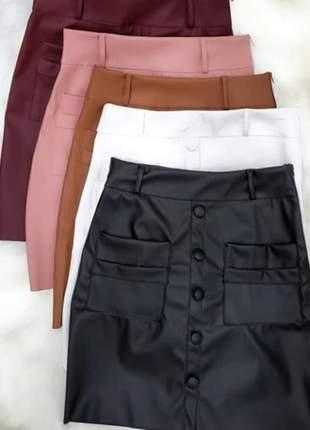 Saia cintura alta em couro com bolso e detalhes em botão