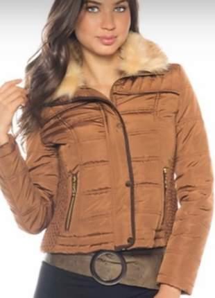Jaqueta feminina em nylon forrada com pelos e capuz com pelos
