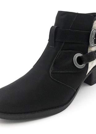 Bota cano curto preta com detalhe em tecido estonado e fivela