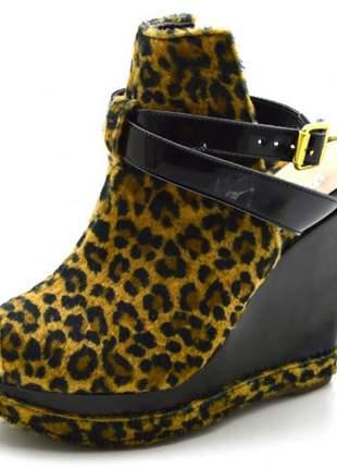 Sandália anabela salto alto com fivela em tecido onça e verniz preto
