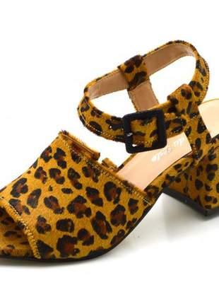 Sandália meia pata salto médio com fivela em couro pelo de onça