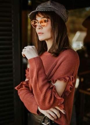 Blusa tricot com detalhe abertura e babado na manga.