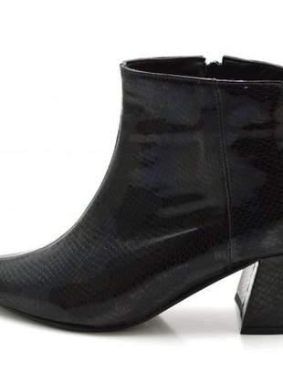 Bota meia pata salto médio em napa olímpia verniz preto