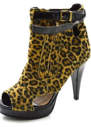 Sandália plataforma salto alto em tecido onça com verniz preto