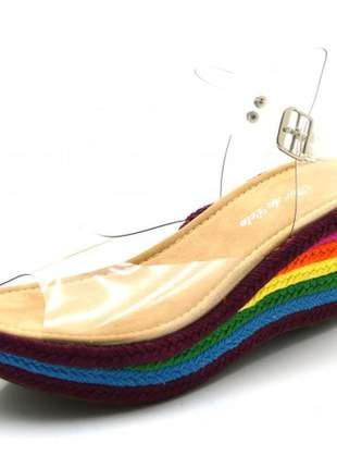 Sandália anabela salto médio em vinil transparente e salto color