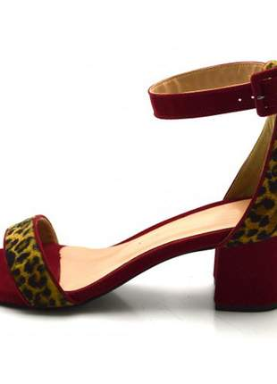 Sandália aberta salto médio em nobucado vermelho com onça