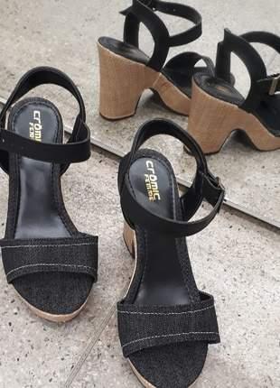 Sandalia salto alto grosso preto jeans