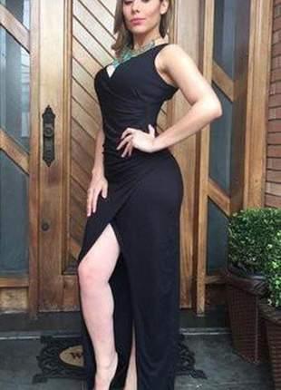 Vestido longo preto transpassado com fenda e decote