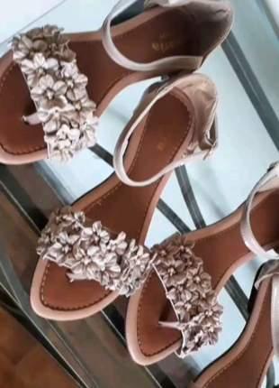 Sandalia rasteira nude flores