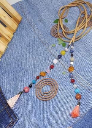 Colar aberto estilo boho com pingentes de pedras naturais
