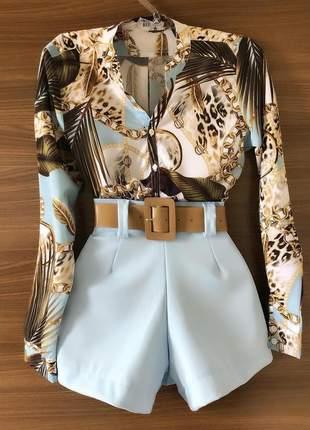 Conjunto camisa com short e cinto.