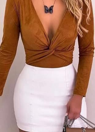 Blusa body feminina em suede com detalhes trança manga longa