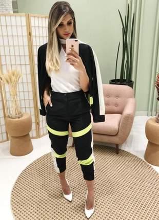 Conjunto calça + casaco esportivo tricolor detalhe neon.