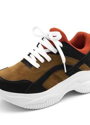 Tênis sneakers recortes em preto com detalhes em camurça caramelo