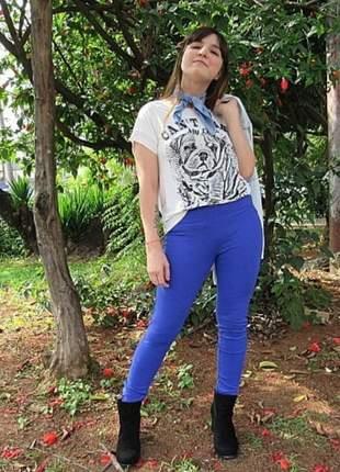 Calça cintura alta, slim, azul cobalto, poliamida, com zíper e bolsos.