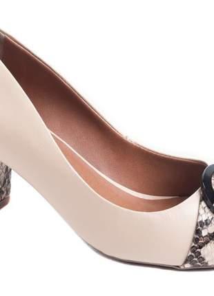 Sapato peep toe nude e fivela animal print