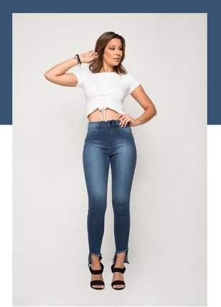 Jeans skinny, caimento ajustado e confortável, possui barra diferenciada.
