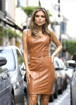 Vestido midi alcinhas couro eco com cinto.