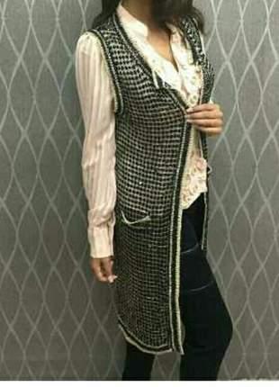 Maxi colete tricot longo preto com fios lurex dourado