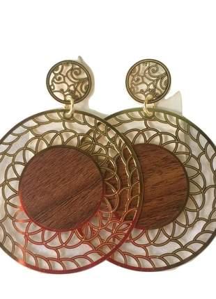 Brinco dourado trabalho trançado com detalhe madeira.