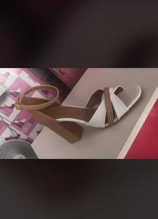 Sandália com salto quadrado