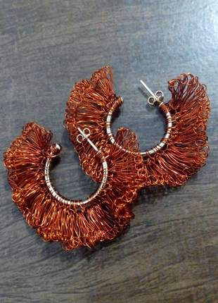 Brincos folheados trabalhados artesanalmente em crochê.
