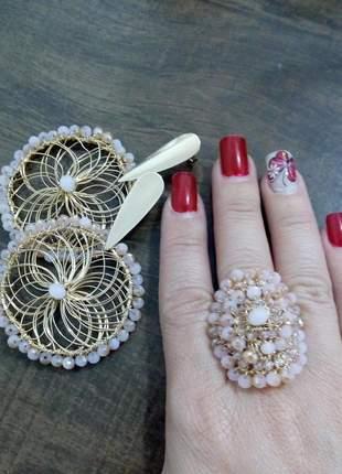 Brinco e anel folheados trabalhados artesanalmente em crochê.
