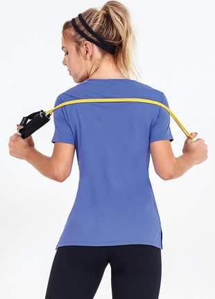 T-shirt alto giro skin fit alongada com abertura roxo bravo