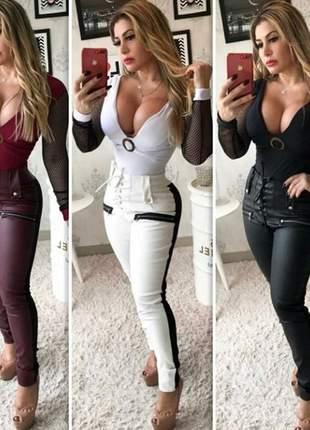 Calça cintura alta  em couro com detalhes em ilhós e zíper