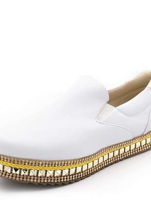 Tênis slip on flat form branco com detalhe em strass dourado