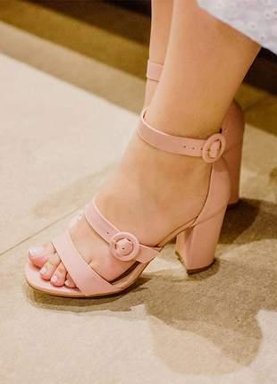 Sandália salto grosso rosa confortável