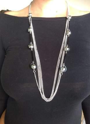 Colar longo fashion preto em metal com detalhe de resina.