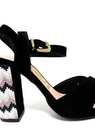 Sandália confeccionada em nobuck preto.