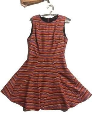 Vestido usado uma única vez, estampa geométrica, forrado, acinturado.
