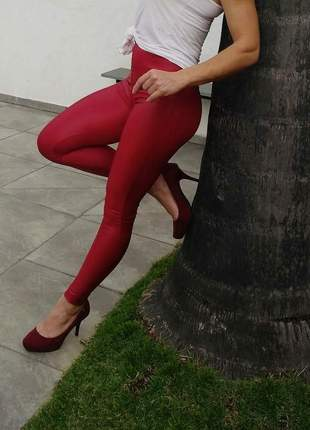 Calça legging couro sintético ou fake (cirrê) na cor marsala