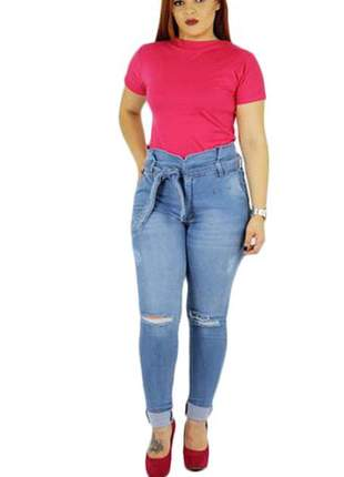 Calça jeans clochard plus size rasgada no joelho