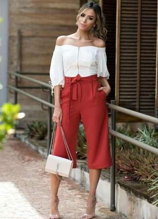 Calça pantacourt cós alto, com amarração, possui pregas e bolso.