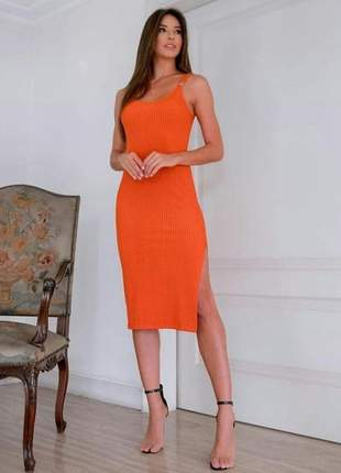 Vestido midi malha canelada, fenda lateral e detalhe alça botão.