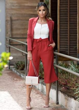 Calça pantacourt cós alto, cinto removível com bolsos.
