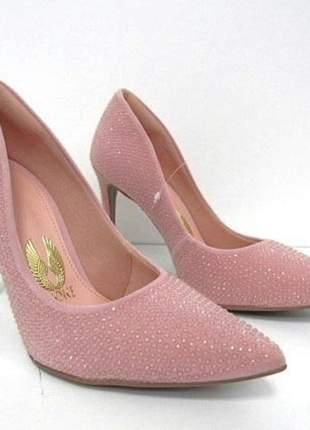 Scarpin rosa com brilho e aplicações.