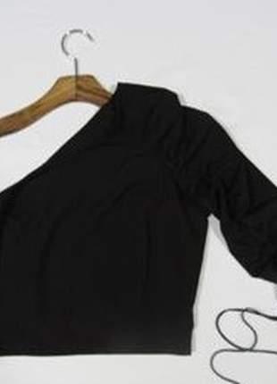 Blusa de um ombro só drapeada na manga em poliéster e elastano.