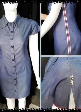 Vestido com detalhe na lateral e fenda na manga