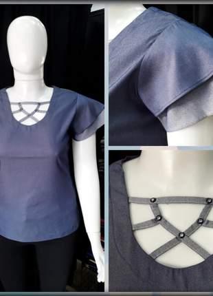 Blusa com detalhe no decote e manga dupla semi godê