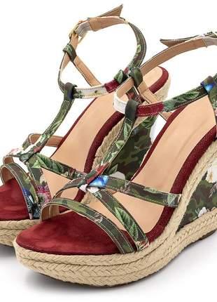 Sandália anabela salto alto com fivela em tecido floral camuflado