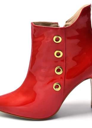 Bota cano curto bico fino em verniz vermelho ilhós dourado