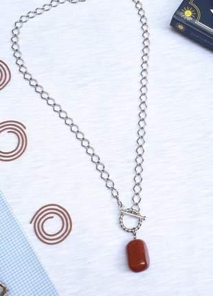 Um lindo colar estilo hippie chic com pingente de pedra do sol
