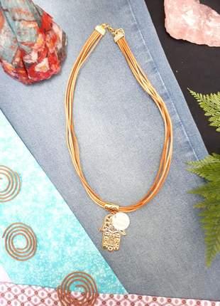 Cordão de fio de couro cru com pingente de madrepérola e mão de fátima