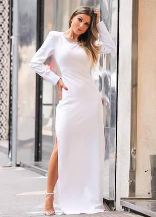 Vestido longo com aplicações, costas nua e fenda lateral.