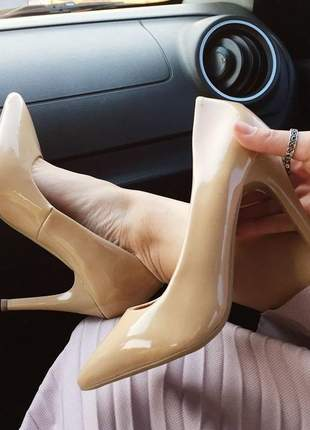 Scarpin clássico nude verniz bico fino salto 9 cm